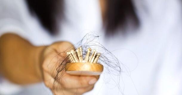 Od czego pojawiają się wypadające włosy